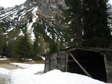 disused: Un peque�o refugio de monta�a en desuso en el norte italiano monta�as