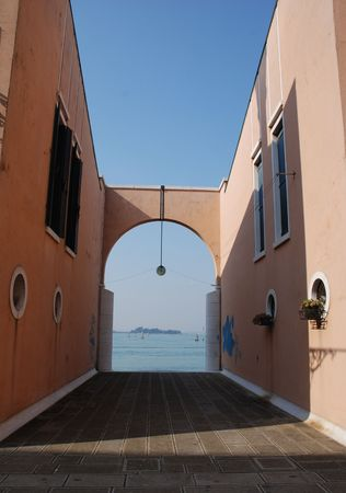 backstreet: Un tranquilo patio en Venecia, Italia, lejos de las multitudes de turistas