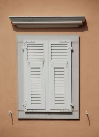 slovenian: A window in the historic Slovenian coastal town of Piran with white shutters