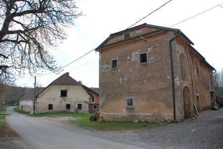 disused: Antigua granja de edificios en la aldea de Rakitnik esloveno. La de la derecha est� ahora abandonado y en desuso