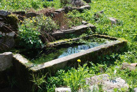 Una vieja piedra de recogida de aguas de una cuenca de agua del grifo al aire libre en Eslovenia Foto de archivo - 4736133