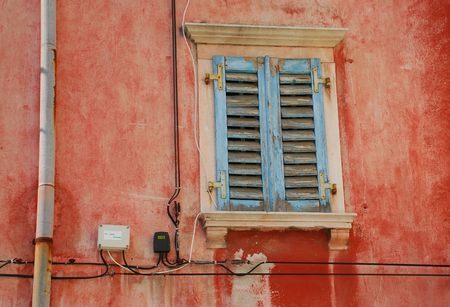 tatty: A window in the historic Slovenian coastal town of Piran with tatty blue shutters
