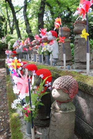 poronienie: Statuetki dla nienarodzonych dzieci w zacienionych cmentarza przy Zojo-Ji Temple w Tokio