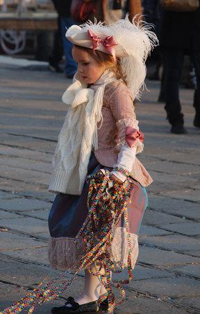 vestidos de epoca: Venecia, Italia, 02.21.09: Chica joven en pleno per�odo traje durante el Carnaval de Venecia anual