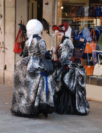 vestidos de epoca: Venecia, Italia, 02.21.09: Dos asistentes de Carnaval en pleno per�odo traje durante el Carnaval de Venecia anual