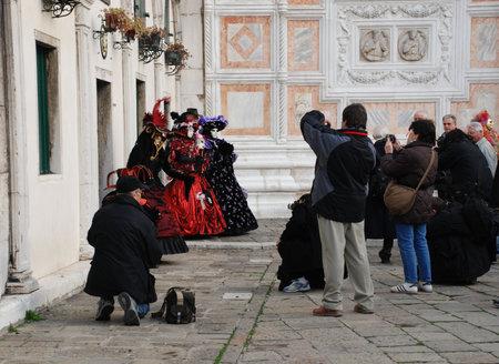 amateur: Venecia (Italia), 02.19.08: Asistentes de Carnaval de envolvente de fot�grafos amateur y profesional que son posando para fotograf�as