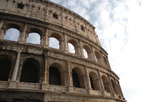eliptica: Detalles de arcos en el Coliseo en Roma, Italia. El Coliseo ic�nico es un anfiteatro el�ptico, el m�s grande jam�s construido por los romanos.