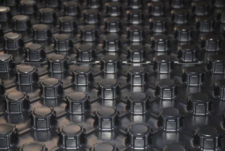 moulded: Un panel de pl�stico negro moldeado con aislamiento de poliestireno expandido que se utiliza para el aislamiento y una gu�a para la colocaci�n de tubos utilizados en la calefacci�n de suelo radiante por agua caliente Foto de archivo