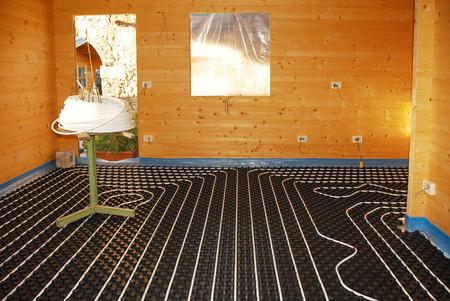 moulded: Un sistema cerrado calefacci�n por suelo radiante bucle hidr�ulico colocado sobre panel aislado moldeado