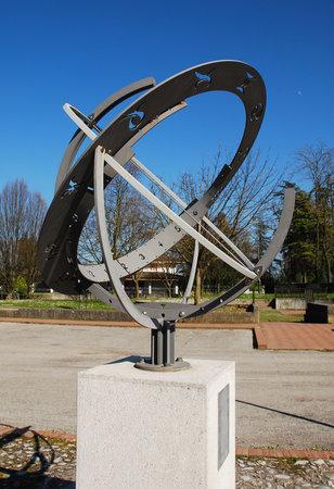 RELOJ DE SOL: La esfera armilar o Sfera Armillare en Piazzetta della Posta en Aiello, Friuli, Italia Este reloj de sol del zodiaco fue creado en 2002 Editorial