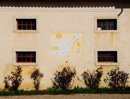 reloj de sol: Una pared en el exterior de la friulano Agricultura Cultura Museo Museo della Civilt� Contadina del Friuli Imperiale en Aiello del Friuli, Italia �ste muestra un reloj de sol de 1998 conocido como el anuncio Meridiana Ore Dell