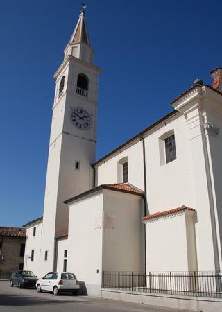 sonnenuhr: St. Agnes-Kirche in der Via Garibaldi, Joannis in Aiello del Friuli, Italien Eine Sonnenuhr, die 1997 zwei Richtungen steht an der Wand zu sehen ist - die eine mit Blick nach Osten zeigt die Zeit am Morgen, w�hrend der andere zeigt die Zeit am Nachmittag
