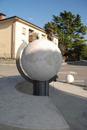 reloj de sol: El 2004 Universal Sundial o Complesso Gnomonico Meridiana Universale en Piazzetta di Via G Cavalleria, Aiello del Friuli, Italia Este reloj de sol de m�rmol que representa el universo ptolemaico tiene una base de 5 metros y una esfera de 1 m Foto de archivo