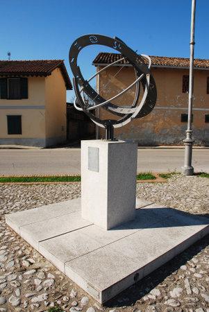 """reloj de sol: La esfera armilar (o Sfera Armillare) en Piazzetta della Posta en Aiello, Friuli, Italia. Este reloj de sol del zodiaco fue creado en 2002, y el nombre de la """"armilla"""" viene del lat�n anillo o una pulsera. Editorial"""