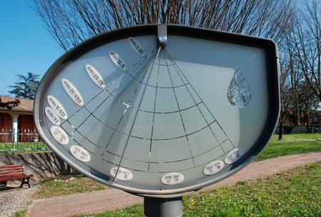 reloj de sol: La altura del reloj de sol (o Orologio Solare d'Altezza) en la Piazza di Sangue Donatori en Aiello del Friuli, Italia. Este apartamento de 2 metros de altura, 1,25 metros de ancho, el reloj de sol 2006 es de hierro con un marco de vidrio