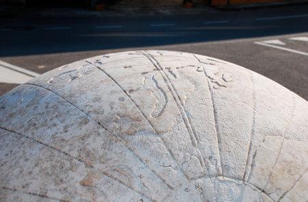 cadran solaire: Le cadran solaire universel 2004 (ou Complesso Gnomonico Meridiana Universale) dans Piazzetta di Via G. Cavalleria, Aiello del Friuli, Italie. Ce cadran de marbre repr�sentant l'univers de Ptol�m�e a une base de 5m et une sph�re de 1 m. Editeur