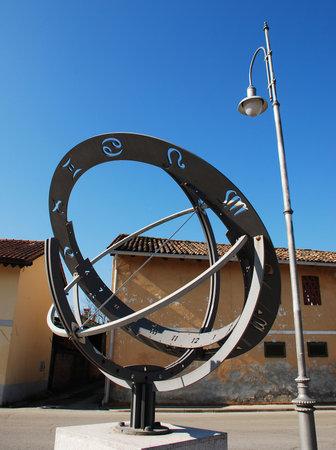 sonnenuhr: Die Armillarsph�re oder Sfera Armillare in Piazzetta della Posta in Aiello, Friaul, Italien Dieses Tierkreis Sonnenuhr wurde im Jahr 2002 erstellt, und der Name der Editorial