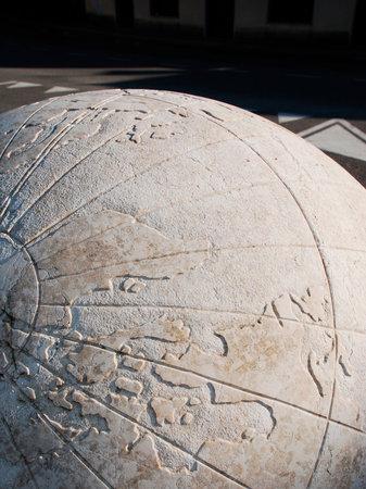 sonnenuhr: Der 2004 Universal Sonnenuhr oder Complesso Gnomonico Meridiana Universale in Piazzetta di Via G Cavalleria, Aiello del Friuli, Italien Dieser Marmor Sonnenuhr, die die ptolem�ische Universum hat eine Basis und ein 5m 1m Kugel