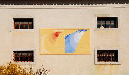sonnenuhr: Eine der vielen Sonnenuhren auf der Au�enseite des friaulischen Bauernkultur Museum Museo della Civilt� Contadina del Friuli Imperiale in Aiello del Friuli, Italien Dieses aus dem Jahr 1998 wird als das Meridiana ad Ore del Tramonto oder Morgend�mmerung Zeit Sonnenuhr bekannt