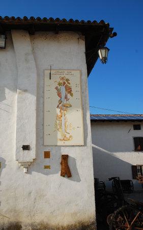 RELOJ DE SOL: Una pared en el exterior de la friulano Agricultura Cultura Museo Museo della Civilt� Contadina del Friuli Imperiale en Aiello del Friuli, Italia �ste muestra un reloj de sol conocido como el Meridana Indicanti l Editorial