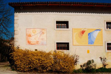 RELOJ DE SOL: Una pared en el exterior del Museo friulano Agricultura Cultura (Museo della Civilt� Contadina del Friuli Imperiale) en Aiello del Friuli, Italia. �ste muestra los relojes de sol conocido como el Meridana ad Ore Astronomiche o el reloj de sol con horas astron�micas (izquierda)