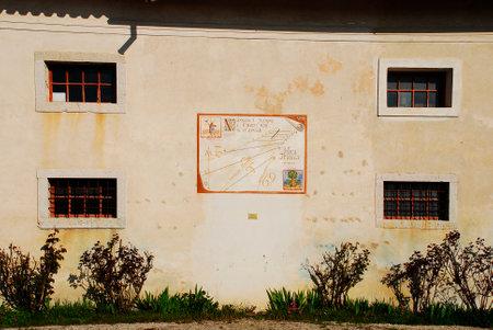 reloj de sol: Una pared en el exterior del Museo friulano Agricultura Cultura (Museo della Civilt� Contadina del Friuli Imperiale) en Aiello del Friuli, Italia. �ste muestra un reloj de sol conocido como el anuncio Meridiana Mineral del Tramonto o amanecer Tiempo Sundial