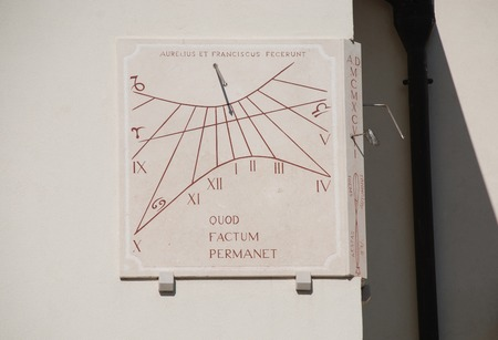cadran solaire: Un cadran solaire de 1997 sur l'ext�rieur de l'�glise Sainte-Agn�s dans la Via Garibaldi, Joannis � Aiello del Friuli, Italie Ce cadran a deux faces - l'une en face de l'est affiche l'heure dans la matin�e, tandis que l'autre montre le temps dans l'apr�s-midi Banque d'images