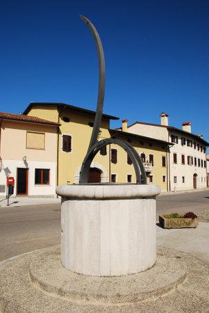 reloj de sol: El reloj de sol horizontal o Calendario Solare Orrizontale en Via Garibaldi, Joannis en Aiello del Friuli, Italia Este calendario solar y zodiacal 2005 y reloj de sol horizontal tiene un gnomon 450cm acero Editorial