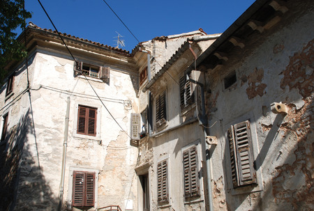 tatty: Abandoned historic old buildings in the central Istrian medieval hill town of Pazin in Croatia.