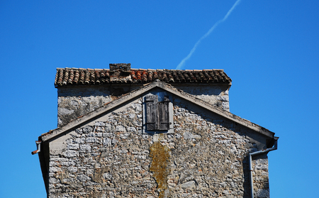 tatty: An abandoned historic old building in the central Istrian medieval hill town of Pazin in Croatia.