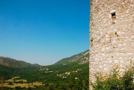 edad media: Este castillo Frankopan cerca Bakar en Croacia fue construido en la Edad Media entre los siglos 13 y 18, y tiene un diseño rectangular con torres en las esquinas circulares.