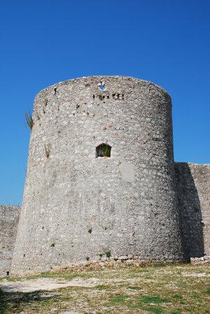 edad media: Este castillo Frankopan cerca Bakar en Croacia fue construido en la Edad Media entre los siglos 13 y 18, y tiene un dise�o rectangular con torres en las esquinas circulares.