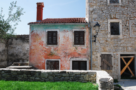 tatty: Buildings in the Croatian medievel hill village of Pican in cental Istria. A large percentage of the buildings in this village are now derelict or abandoned.