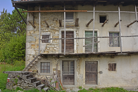 tatty: An old historic but now abandoned building in the north east Italian hill village of Pedrosa.