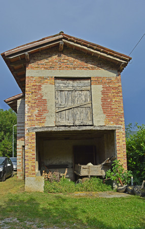tatty: An old historic farm building in the small Italian village of Vernasso in Friuli Venezia Giulia, north east Italy. Stock Photo