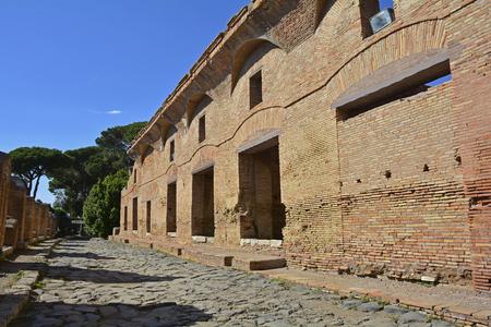 유적 insulae 로마, 이탈리아 근처 Ostia Antica에서 아파트 건물. 강이 침니하기 전에 로마의 고대 항구 였고, 그것은 로마 제국의 종말과 함께 붕괴되어 9  스톡 콘텐츠