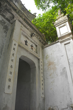 A gateway outside historic Quan Thanh Temple in the Ba Dinh district of Hanoi, Vietnam. The temple, also known as Tran Vo Temple, was built between 1010 and 1028 Banco de Imagens