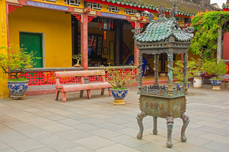 Courtyard in the historic Hainan Assembly Hall in the  listed central Vietnamese town of Hoi An Stock Photo
