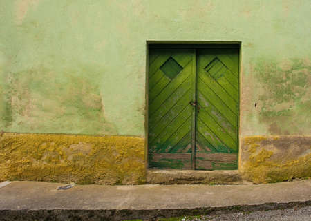 An old wooden door in a building in the historic hill village of Stanjel in the Komen municipality of Primorska, south west Slovenia. Stok Fotoğraf