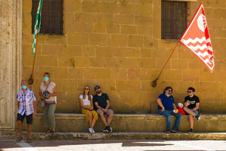 Pienza, Italy - September 6th 2020. Tourists in the historic Piazza Pio II in Pienza in Tuscany, Italy, during the COVID-19 pandemic. At this time, mask use is compulsory in the historic centre, although not everyone is complying with the rule or wearing  Sajtókép