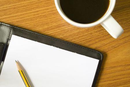 cuadro sinoptico: Tablero del escritorio con el papel, el l�piz y la taza de caf� Foto de archivo