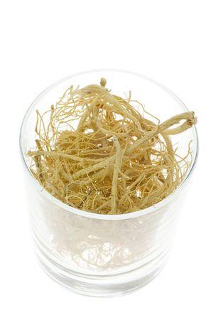 traditional chinese medicine: Ingrediente utilizado en la medicina tradicional china que figura en un moderno vidrio - ra�ces Ginseng (Panax ginseng)