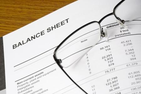 bookkeeping: Balance de un informe financiero con gafas  Foto de archivo