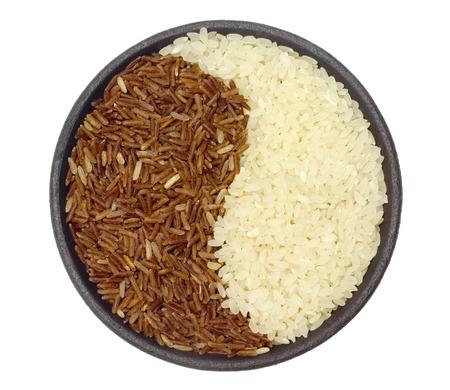 riso bianco: Ciotola di riso bianco e marrone che formano un modello yin yang Archivio Fotografico