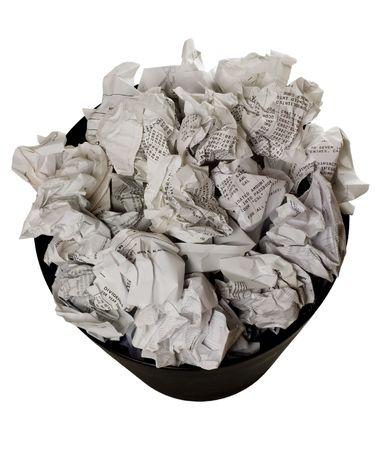 wastepaper basket: Cestino pieno di carta crumpled isolati su sfondo bianco  Archivio Fotografico