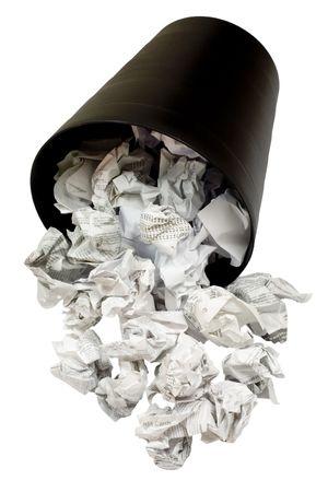 wastepaper basket: Versato wastepaper cestino pieno di carta spiegazzato isolata on white background