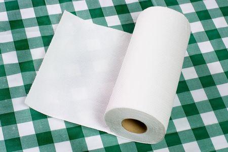 tejido: Rollo de toalla de papel sobre la mesa Foto de archivo