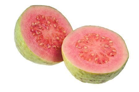guayaba: Guayaba de mitades Rosa aislado sobre fondo blanco