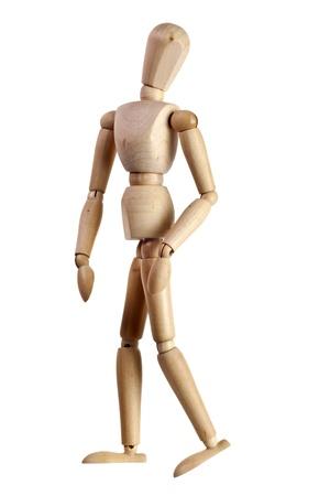 Madera maniquí mirando sobre su hombro aislado en fondo blanco