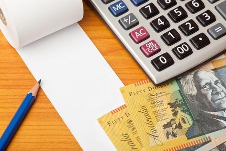 cashflow: Lista en blanco con el dinero australiano, calculadora y l�piz sobre una mesa